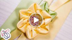 Neste vídeo tutorial, eu vou lhe mostrar uma das maneiras mais fáceis de criar kanzashi de fitas de cetim. Na classe principal, eu usei largura de fita de 2,5 cm em dois tons. O tamanho de 2,5 por 5,5 centímetros quadrados Colei a fita flor 1 c...