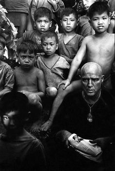 Marlon Brando on the set of Apocalypse Now. Apocalypse Now is a 1979 American epic war film set during the Vietnam War, directed and produced by Francis Ford Coppola and starring Marlon Brando, Robert Duvall & Martin Sheen. Mad Movies, Great Movies, Movie Stars, Movie Tv, Marlon Brando, Mary Ellen Mark, Marcello Mastroianni, Cinema Tv, Films Cinema