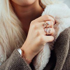Lass deine Emotionen für diesen Ring mit zwei Herzen höher schlagen. Besetzt mit 32 Zirkonia und aus rosévergoldetem Sterling Silber gefertigt, spiegelt er deine romantische Seite wider. Dieses brillante Schmuckstück ist auch das perfekte Geschenk, um geliebten Menschen Freude zu bereiten. Der Ring ist größenverstellbar.   JULIE JULSEN AMORE, RING ROTVERGOLDET, 2 HERZEN MIT 32 ZIRKONIA € 79,00 Wedding Rings, Engagement Rings, Jewelry, Two Hearts, Joy, People, Silver, Ring, Red