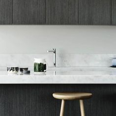 cuisine noire avec un plan et une crédence en marbre