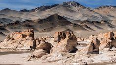Campo de Piedra Pomez - Catamarca - Argentina.Este extraño paisaje de laberintos blancos y dunas trepadoras está ubicado a pocos kilómetros al Oeste de la Localidad El Peñon, Antofagasta de La Sierra. Este campo se asemeja a un mar o glaciar de roca blanca con crestas rosadas rodeado de arenas negras, volcanes y cadenas montañosas.