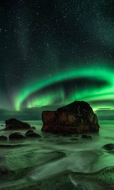 A lovely display of the Aurora Borealis over Uttakleiv, in Lofoten Islands, Norway. Beautiful Sky, Beautiful Landscapes, Beautiful Pictures, Lofoten, Aurora Borealis, Northen Lights, Wallpaper Animes, To Infinity And Beyond, Tumblr Wallpaper