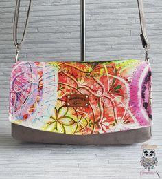 Petit sac à main bandoulière / Pochette / Convertible suédine taupe et tissu impression mandala. Pièce Unique. En vente sur Etsy ! Impression, Saddle Bags, Convertible, Taupe, Mandala, Creations, Couture, Etsy, Fashion