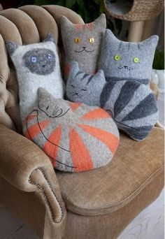 Felt Cat Cushion Love these sweet cat pillows Fabric Crafts, Sewing Crafts, Sewing Projects, Sewing Diy, Sewing Ideas, Cat Cushion, Cat Pillow, Felt Cat, Creation Couture