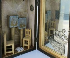 Assemblage - Título: Memórias I  Escultura em barro/argila cozida em mufla e intervencionada com lápis grafite.  Pequenos objetos que contam uma história ( a história de quem passa e olha - a história de cada um de nós), encontrados, salvos e recolhidos por diversos locais de Portugal.  O espelho, devolve a imagem de quem espreita ou da perspectiva do que é espreitado.  Assinado Trabalho de 2015  Isabel Teixeira