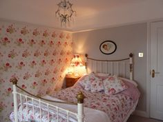 Colour Study: Farrow and Ball Cornforth White (Modern Country Style) Shabby Chic Bedrooms, Bedroom Vintage, Shabby Chic Homes, Cottage Bedrooms, Cath Kidston Bedroom, Cath Kidston Wallpaper, Cath Kidston Home, Cornforth White Bedroom, Bedroom Colors