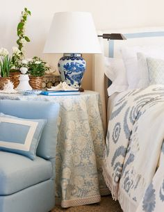The Art Of Styling A Beautiful Vignette - Beautiful House Bedroom Lamps, Bedroom Furniture Sets, Bedroom Decor, Bedroom Ideas, Furniture Design, Bedroom Office, Cozy Bedroom, Farmers Furniture, Blue And White Lamp