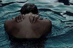 """Een vrouw die al haar emoties en verdriet van zich af probeert te """"wassen."""""""