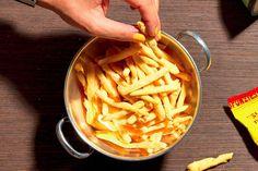 Per la ricetta degli snack di mais tipo Fonzies, mescolate i formaggi e tenete da parte 30 g di questo mix. Unite al resto la farina di mais, i fiocchi di ...
