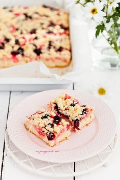 Vanilla cake with rhubarb, cherries and crumble Gimme Some Sugar, Vanilla Cake, Sweet Tooth, Cherry, Sweets, Bread, Candy, Cookies, Healthy