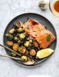 Honig-Knoblauch-Lachs und Rosenkohl Honey-garlic salmon and Brussels sprouts. Honey Salmon, Garlic Salmon, Butter Salmon, Salmon Recipes, Fish Recipes, Seafood Recipes, Cooking Recipes, Healthy Recipes, Cooking Fish