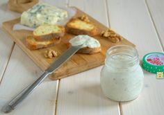 La mousse di gorgonzola e noci è una deliziosa mousse salata facile e veloce, senza cottura e perfetta per farcire tartine, vol au vent, crostini ecc.