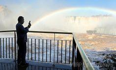南米ブラジルのフォス・ド・イグアス(Foz do Iguacu)で、豪雨で増水した世界遺産「イグアスの滝(Iguazu Falls)」にかかる虹を撮影する観光客(2014年6月12日撮影)。(c)AFP/Norberto Duarte ▼13Jun2014AFP|濁流にかかる虹、ブラジル・イグアスの滝 http://www.afpbb.com/articles/-/3017614 #Iguazu_Falls #Rainbow #Arco_iris #Arc_en_ciel #Regenbogen #Pelangi #Regenboog #Tecza #Gokkusagi