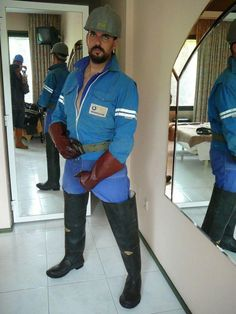"""Yeah Bootspain in Waders und geile braune Gummihandschuhe Kult Bild "" Worker Boots, Hard Working Man, Hunks Men, Wellies Boots, Bear Men, Big Guys, Men In Uniform, Well Dressed Men, Hairy Men"