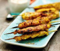 """Trä ett litet grillspett på """"thai-vis"""" och krydda med ingefära, gurkmeja och chiliflakes. Använd kyckling – små innerfiléer eller bröstfiléer som isåfall skärs i bitar. Hittar du inga färska innerfiléer så spana i frysdisken."""