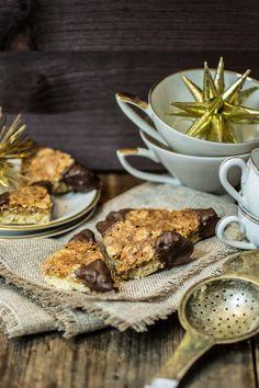 Kekse gehören zur Weihnachtszeit wie die Kerzen am Adventskranz und die langen Schlangen an der Kasse. Eigentlich... Denn ich komme aus einer Familie in der es keine große Tradition des Keksbackens gibt, sondern eher das Motto galt: Wozu hässliche Kekse selber backen, wenn man schöne Kekse kaufen kann? Doch dieses Jahr habe ich beschlossen das zu ändern! Zum ersten Mal backe ich also Kekse selbst. So richtig nämlich. Mit verschiedenen Sorten und so. Ein paar Alibi-Mürbeteig-Kekse gab's…