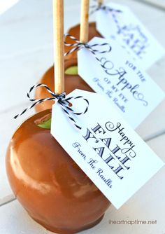 So sweet! Caramel Apple DIY for Gifting with Free Printables via i heart naptime #fall #Halloween