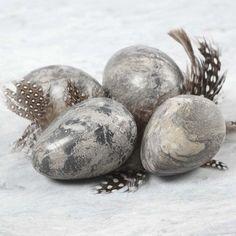 Rustikke påskeæg med marmor look lavet af selvhærdende ler, der ikke skal brændes.