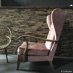"""Fauteuil vintage en bois. Assise et dossier en velours finement côtelé, de couleur """"vieux rose"""". Hauteur assise : 38 cm."""