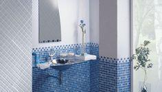 La decoración del baño con azulejos gresite en colores gris y azul y cenefas cerámicas decorativas, baños modernos con diseños muy actuales frescos y luminosos, cerámicas contemporáneas que sirven para crear atmósferas y ambientes siempre nuevos.  AMBIENTE REALIZADO CON LA SERIE 814/818 GRIS Y AZUL 25X25, CNF. 814 AZUL PLATINO 3X25, CNF. 814 AZUL PLATINO 6X28, PAVIMIENTO 514 AZUL 33,3X33,3