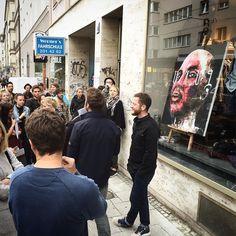 Presserundgang bei Dein Viertel. Deine Leinwand. im Glockenbachviertel vor Ralfs Finest Garments mit einem Kunstwerk von @peintrex #deinviertel #deineleinwand #gärtnerplatzviertel #kunst #art #streetart #urbanart #munich #münchen #minga #supermunich #isbl