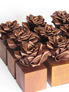 Como fazer rosas de fita para enfeitar de mesa