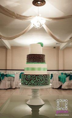 Pastel de boda de trufa con decoraciones en color menta Brown and mint wedding cake
