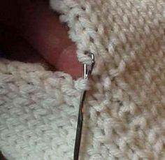 4) Llegar al otro lado al otro borde con la herramienta de enganche, y tire el siguiente ciclo de bordes sueltos a través del lazo en la herramienta de enganche. Continuar hasta enclavamiento de esta manera hasta que haya cosido el calcetín y llegó a la zona de los dedos. Enhebrar una aguja de zurcir con la cola del hilo de injertar el dedo (u otro hilo) y asegure el último bucle en el tejido de punto.