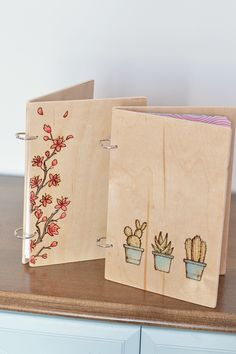 How to make a unique wooden notebook with a wood burned pattern on the front. These would make a great handmade gift idea for any occasion! Use these wood burning patterns for any woodworking project. Wood Burning Kits, Wood Burning Crafts, Wood Burning Patterns, Wood Patterns, Wood Burning Projects, Pyrography Patterns, Pyrography Ideas, Wood Gifts, Wood Art
