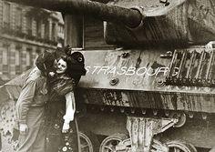 Soldat embrassant une jeune Alsacienne en costume. La libération de Strasbourg 23 novembre 1944