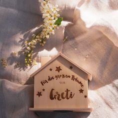 Entzückende Spardose gefertigt aus Naturholz in Form eines kleinen Hauses.  Unten mit einem Gummiverschluss und oben im Dach mit Einwurfschlitz.  Das perfekte kleine Geschenk zur Geburt, zum Geburtstag, zur Taufe oder aber auch zur Hochzeit.  Personalisier die Dose entweder mit unserem entzückenden vorgegebenem Design + Wunschname,  oder aber du lädst dein eigenes Logo / Design hoch ( D... Logo Design, Form, Tableware, Interior, Tiny House Cabin, Stocking Stuffers, Birthday, Wedding, Dinnerware