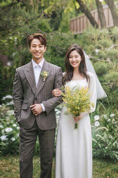French Wedding Dress, Minimal Wedding Dress, Pre Wedding Poses, Pre Wedding Photoshoot, Foto Wedding, Wedding Pics, Modest Wedding Dresses, Bridal Dresses, Korean Wedding Photography