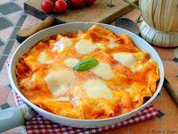 Ricetta di un primo piatto veloce: LE LASAGNE IN PADELLA. Come le classiche lasagne ma cotte in padella e non al forno. Condite con formaggio filante.