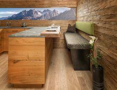 Rustikale Landhausküche mit Bar und Sitzbank.