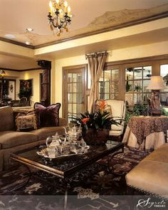The home of Laslie Sinclair author of the new book Segreto : Secrets to Finishing Beautiful Interiors. Beautiful room~ I love the warmth and in particular the ceiling!