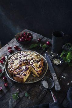 Kuchen, die schmecken wie wenn sie unsere Oma gebacken hätte, sind einfach die Besten. Dieser saftige Kirschen Mandelkuchen ist so einer. Super einfach, wenig Zutaten und mega lecker!  #kirschen #kirschenkuchen #backen #omasrezept Kitchen Recipes, Cooking Recipes, Dark Food Photography, Funfetti Cake, Beautiful Cakes, Fun Desserts, Food Pictures, Yummy Food, Delicious Recipes