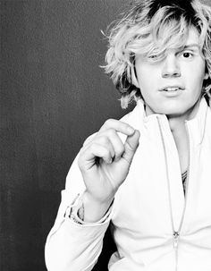 Evan Peters. Have I died and gone to heaven cause damn isn't he fineeee