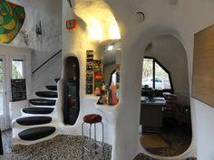 Les formes organiques et sculpturales de ces « maisons bulle » se traduisent à l'intérieur par des espaces aux formes variées.
