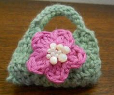 Free American Girl crochet purse pattern with flower. This is a very easy patter