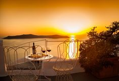 Villa de rêve pouvant accueillir 8 personnes. Dream villa for 8 people.  #villa #rental # greece #grèce #Santorini #dreamholiday #themostbeautifulplace #vue Santorini, Villas, Infinity, Ceiling Lights, Lighting, People, Home Decor, Outdoor Living Spaces, Infinite