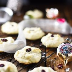 Melt-In-Your-Mouth shortbread cookies aka: the best christmas cookies you w Baking Recipes, Cookie Recipes, Dessert Recipes, Yummy Recipes, Holiday Baking, Christmas Baking, Christmas Goodies, Christmas Treats, Christmas 2019