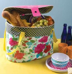 family picnic foods An advanced beginner/intermediate sewing pattern by Barbara Huber for a large insulated bag with pockets on the outside, and adjustable end pockets. This pattern Bag Patterns To Sew, Sewing Patterns Free, Free Sewing, Sewing Tutorials, Sewing Projects, Sewing Ideas, Bag Tutorials, Sewing Crafts, Family Picnic Foods