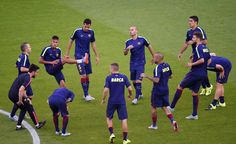 La salida de los jugadores a calentar fue recibida con aplausos y cánticos por parte del público.  http://www.rtve.es/champions