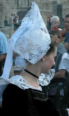 Local fashion: Traditional headdress of the women of Brittany Needle Lace, Bobbin Lace, Folk Costume, Headgear, Costumes For Women, Headdress, Traditional Outfits, Crochet Lace, Brittany