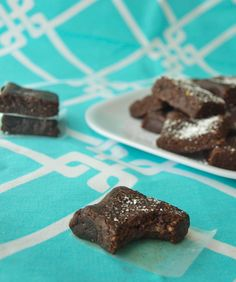Clean Eating Raw Brownie Bites--made without flour, butter, oil, or refined sugar. Super easy and they have a great fudge-y texture! Healthy Sweets, Healthy Baking, Happy Healthy, Eat Healthy, Healthy Snacks, Raw Vegan Desserts, Raw Vegan Recipes, Baking Recipes, Snack Recipes