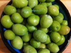 Ekim 4th, 2014 Kırma Yeşil Zeytin Nasıl Yapılır Tarifi Kışlık Kırma Yeşil Zeytin Tarifi Kışlık Hazırlıklar Pazarlarımızda şu anda zeytin çeşitleri görülmeye başlamışken kışlık ihtiyacımız kadar zeytini, gelin kendiniz yapalım derim. İster kırma, ister çizme yapmalı ama kendi zeytinimizi evde kendimiz yapmalı …)) Salamura yeşil zeytin ile kırma zeytin arasında ki tek fark birinde zeytini iki yerinden çizerken ,diğerinde taşla tek hamlede eziyoruz, kırıyoruz.Diğer tatlandırma işlemleri aynı…
