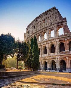📷 @matsbeh 📍Roma Buongiorno ragazzi, la bellissima foto del Colosseo ci dà lo spunto per raccontarvi qualche curiosità. Commissionato intorno al 70-72 dopo Cristo dall'imperatore Vespasiano come dono al popolo romano, il Colosseo che vediamo oggi infatti non rappresenta che 1/3 della costruzione originaria. Ma nonostante questo