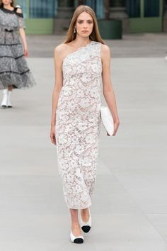 Chanel Resort 2020 Fashion Show - Chanel Gown - Trending Chanel Gown - Chanel Resort 2020 Collection Vogue Moda Fashion, Fashion Week, Fashion 2020, Runway Fashion, Fashion Outfits, Dress Fashion, Chanel Resort, Style Couture, Haute Couture Fashion