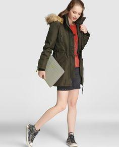 Plumífero de mujer Vero Moda en color kaki con capucha