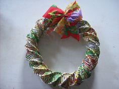 Guirlanda feita em jornal  com laço em tecido de chita para enfeitar sua casa no Natal....